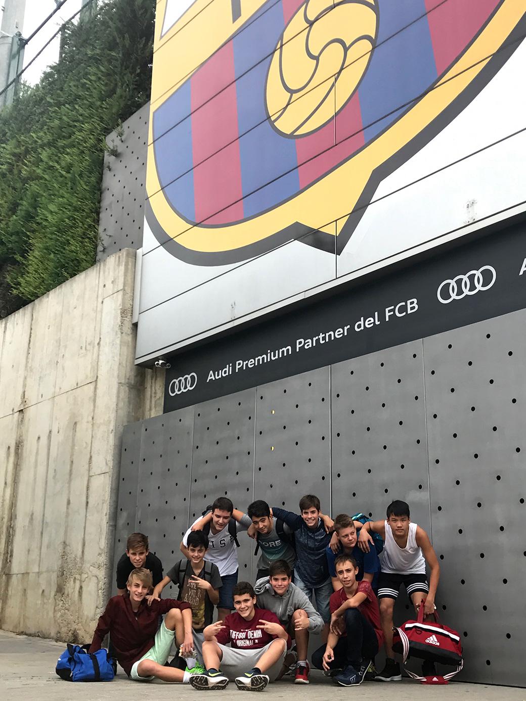 L'infantil A i una foto per al record, després de jugar contra el Barça a la Ciutat Esportiva Joan Gamper
