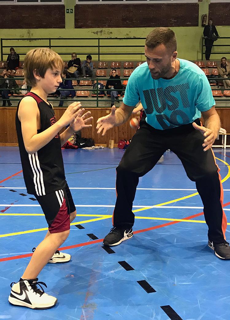 En Nikola ensenyant com cal posar el cos en una acció defensiva