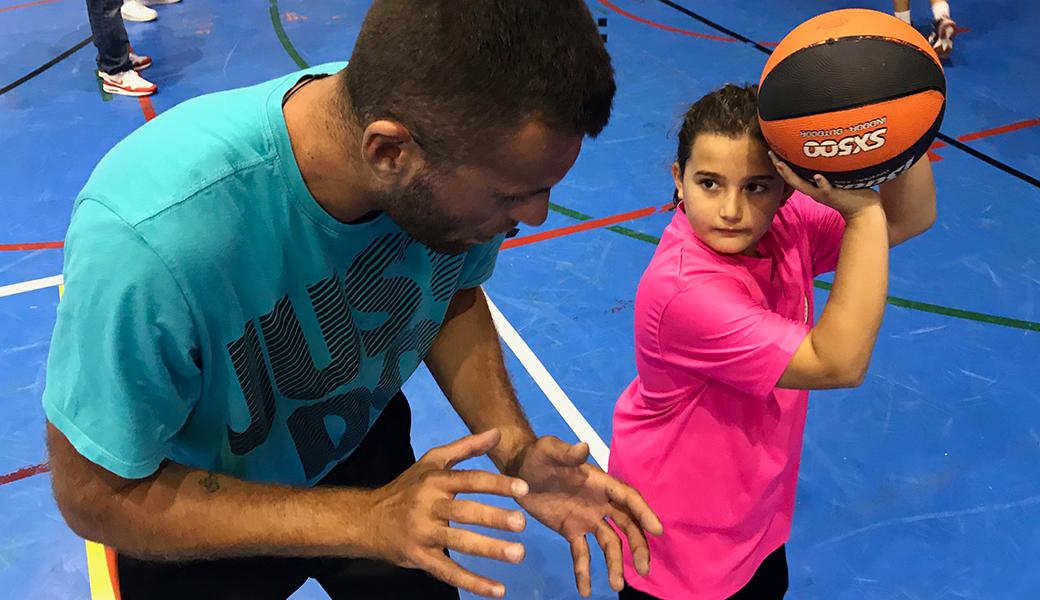 En Nikola Bodic ensenyant als nostre preminis com s'agafa la pilota abans d'un tir