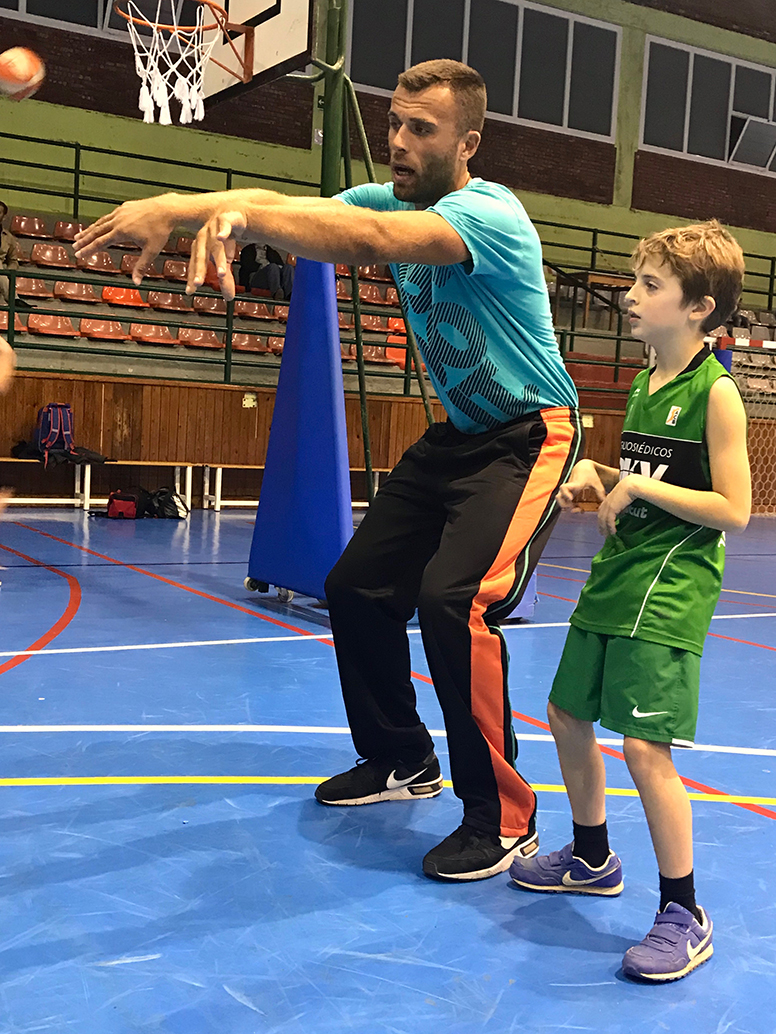 En Nikola Bodic flexionant cames i estirant braços per a una bona passada