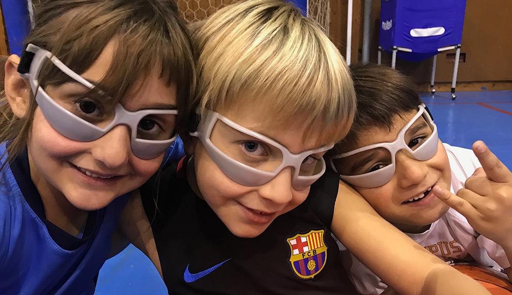 Unes ulleres màgiques que ens ajuden a botar la pilota sense mirar-la