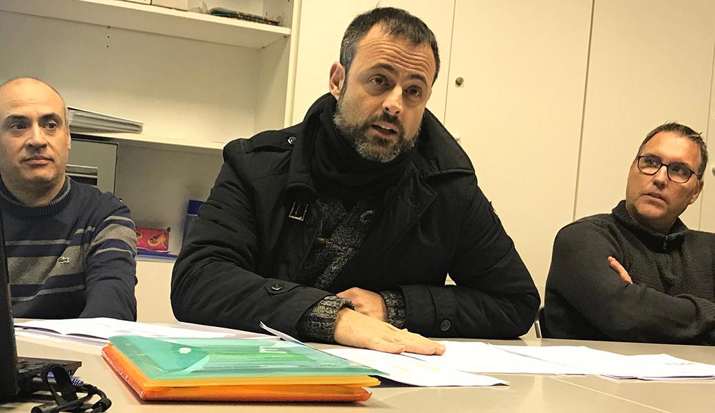 Xavier Arnijas, el tresorer del CB Calella, presentant als assistents a l'Assemblea, els números de l'entitat