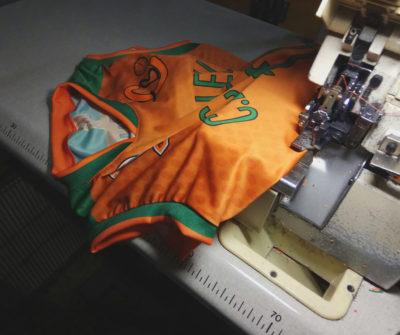 L'últim pas del procés d'elaboració de la nova samarreta del CB Calella: el cosit de la part frontal i la posterior