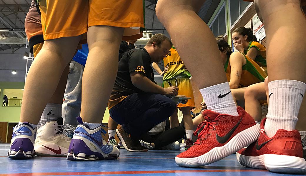 LÀlex Moral, el nostre entrenador, donant instruccions a l'equip durant un temps mort
