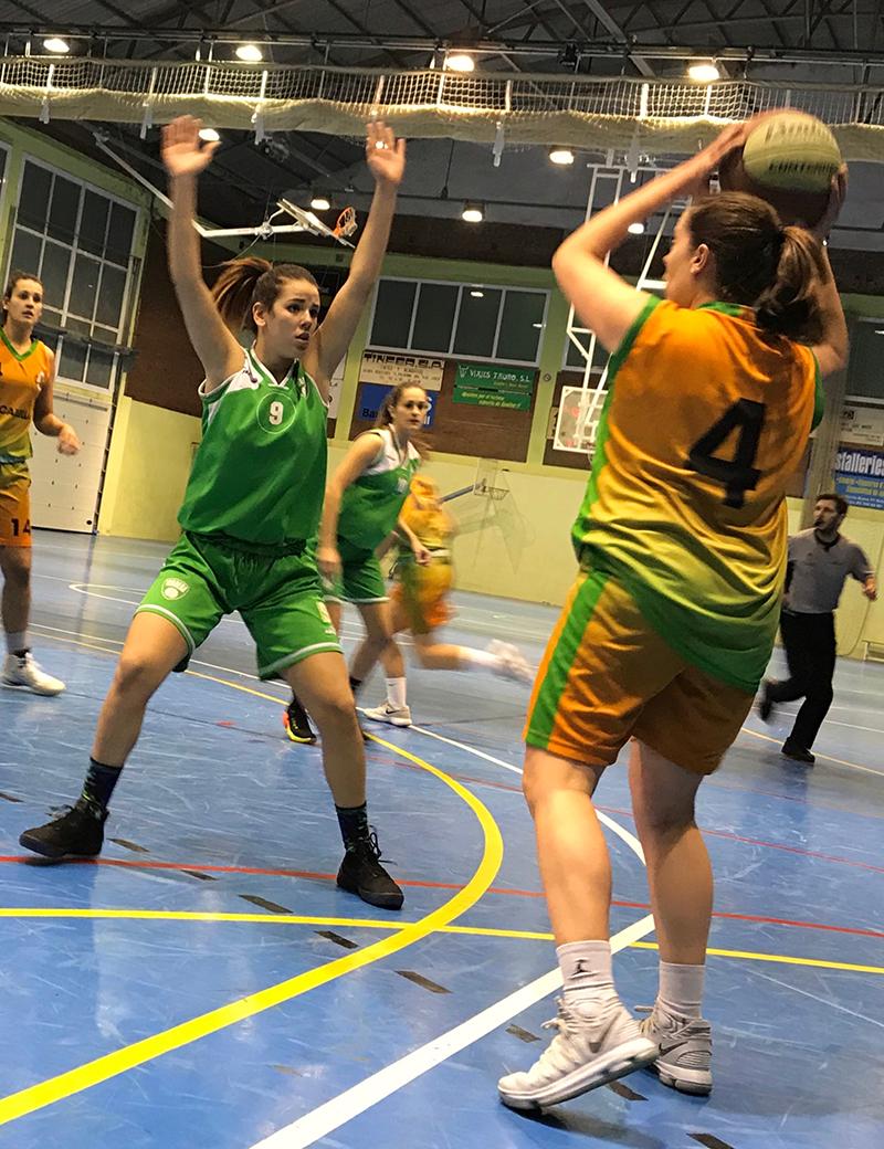 La Joana Piqué intenta superar una rival al partit contra el CEEB Tordera