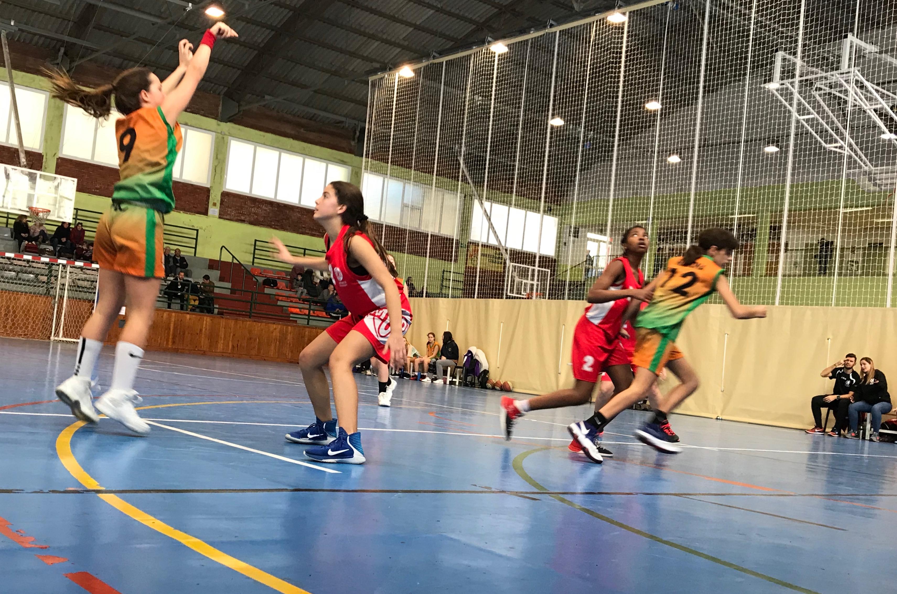 L'Aïna Cardona tirant a cistella al partit contra el Montmeló