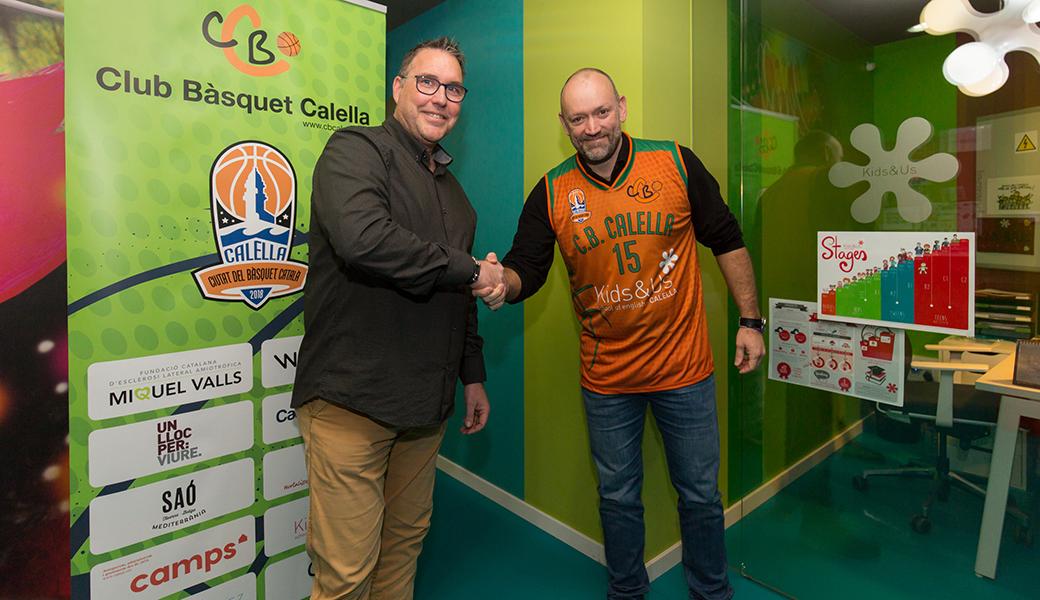 David Fors, president del CB Calella, i Andrew Coles, soci gerent de Kids&Us Calella, en el moment d'oficialitzar l'acord. Foto: Joan Maria Arenaza