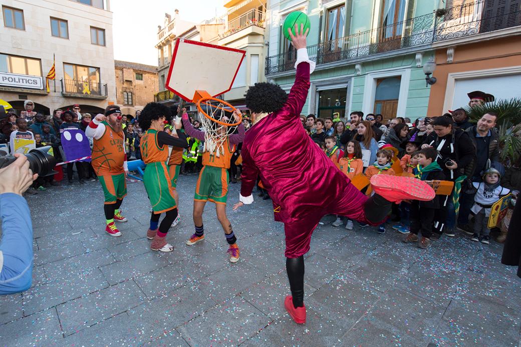 El rei Carnestoltes intentant una esmaixada. Fàcil, no?. Foto: Joan Maria Arenaza