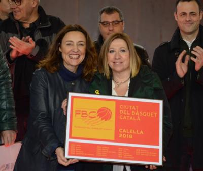 """Les alcaldesses de Sant Cugat, Mercè Conesa, i de Calella, Montserrat Candini, oficialitzen el traspàs de """"Ciutat del Bàsquet Català"""""""
