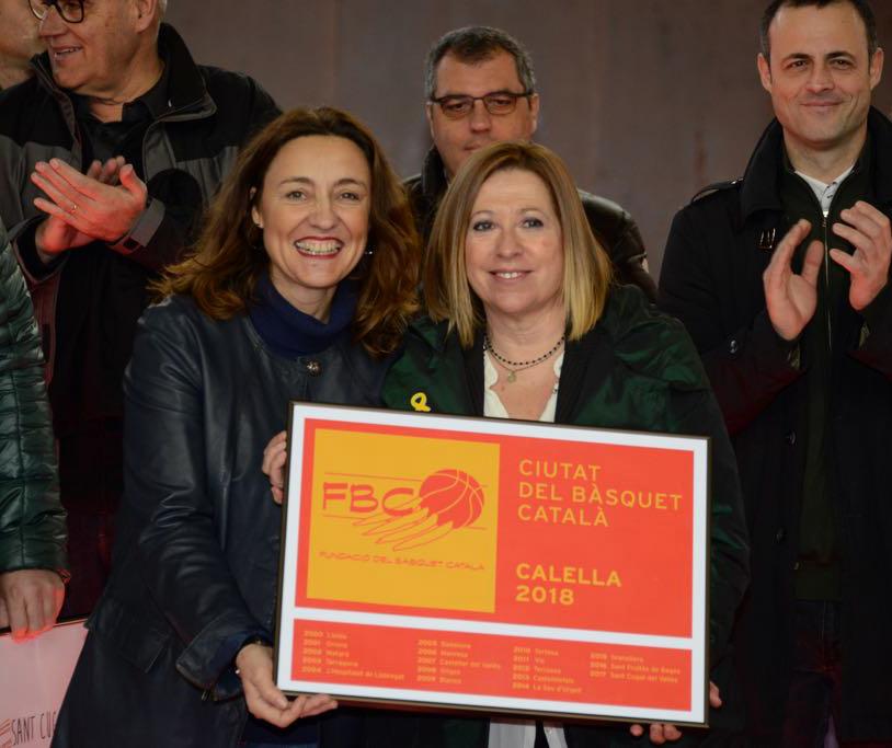 """Les alcaldesses de Sant Cugat, Mercè Conesa, i de Calella, Montserrat Candini, fen oficial el traspàs de """"Ciutat del Basquet Català"""""""