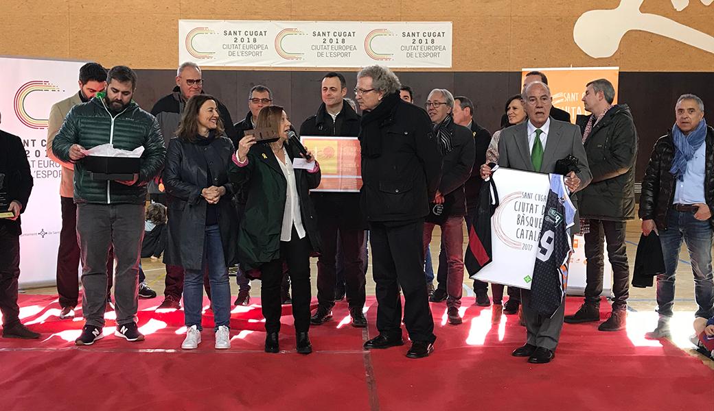 L'alcaldessa de Calella, Montserrat Candini, fa entrega d'un obsequi commemoratiu al president de la Federació Catalana de Bàsquet, Joan Fa. Foto: Laia Arnijas