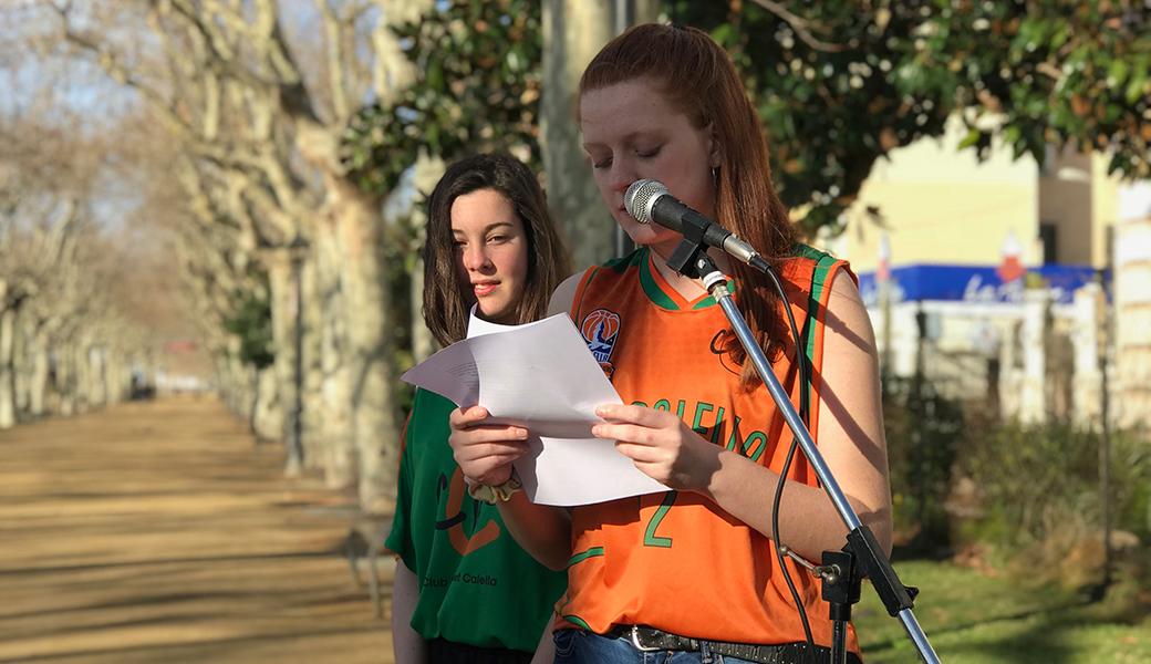 L'Aïna Pi, acompanyada de la Mireia Farreras, durant la lectura del manifest del Dia Internacional de les Dones promogut per l'ajuntament de Calella