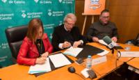 """Montserrat Candini, alcaldessa de Calella i Joan Fa, president de la Fundació del Bàsquet Català firmant el conveni de """"Ciutat del Bàsquet Català"""". Foto: Joan Maria Arenaza"""