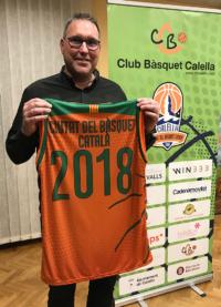"""David Fors, president del CB Calella, amb la samarreta commemorativa de """"Ciutat del Bàsquet Català"""""""