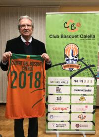 """Joan Fa, president de la Fundació del Bàsquet Català, amb la samarreta commemorativa de """"Ciutat del Bàsquet Català"""""""