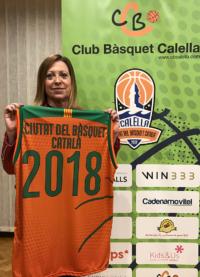 """Montserrat Candini, alcaldessa de Calella, amb la samarreta commemorativa de """"Ciutat del Bàsquet Català"""""""
