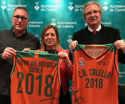 """David Fors, Montserrat Candini i Joan Fa amb la samarreta commemorativa de """"Ciutat del Bàsquet Català"""" 2018"""