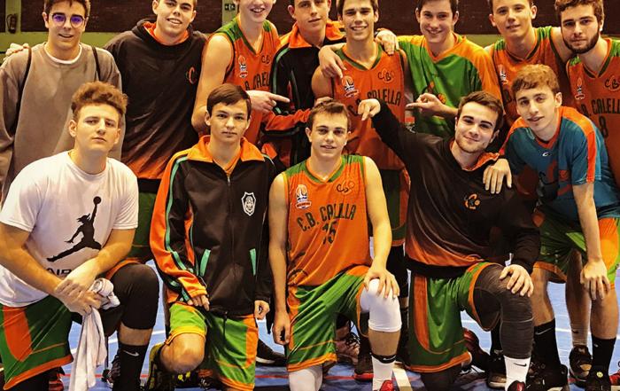 La imatge del final del partit. L'Arnau Monné assenyalat per l'equip
