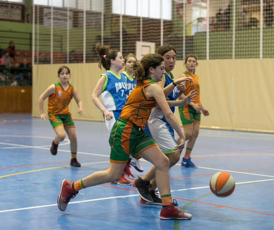 La Isona Batista lluitant la pilota. Foto: Joan Maria Arenaza