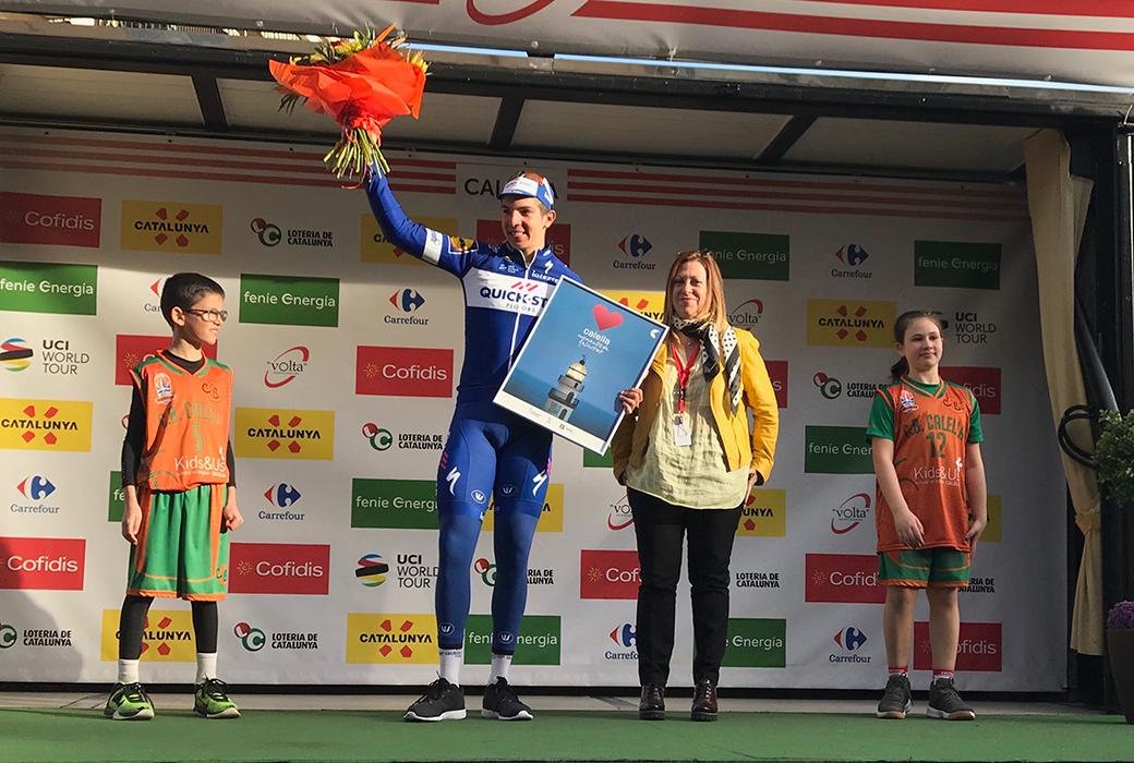 En Roger i la Cèlia acompanyen el colombià Álvaro Hodeg Chagui, el guanyador de la primera etapa de la Volta Ciclista a Catalunya, i l'alcaldessa de Calella, Montserrat Candini