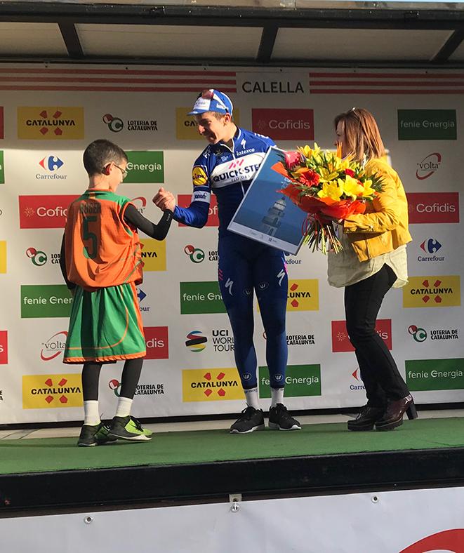 Quin luxe, Roger! Has xocat la mà al guanyador de la primera etapa de la Volta a Catalunya. I a més, li has donat un ram de flors