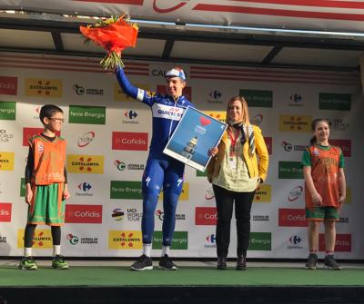 La Cèlia i en Roger acompanyen al podi el guanyador de la primera etapa de la Volta Ciclista a Catalunya
