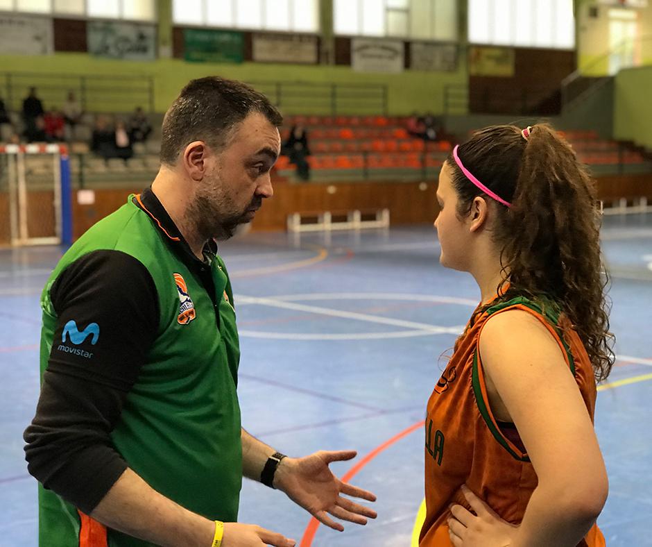 En Joan Miquel donant instruccions a la Paula Romero que ha tornat a jugar després de la lesió