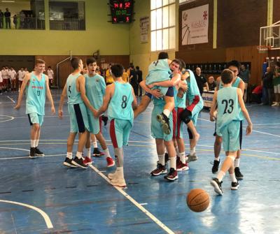 """Els jugadors del Barça celebren la victòria al pavelló municipal """"Parc Dalmau"""" de Calella"""