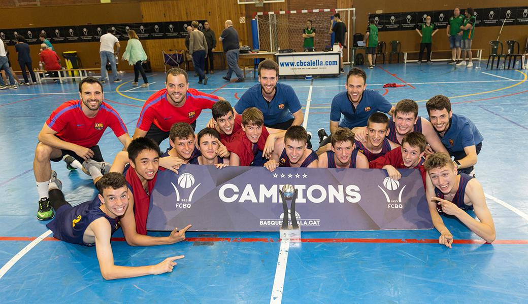 La plantilla del FC Barcelona celebra el títol aconseguit a Calella. Foto: Joan Maria Arenaza