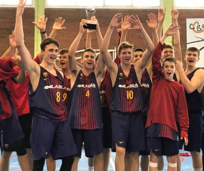 """CB Calella - Un moment de la celebració dels jugadors del Futbol Club Barcelona a la pista del pavelló municipal """"Parc Dalmau"""" de Calella"""