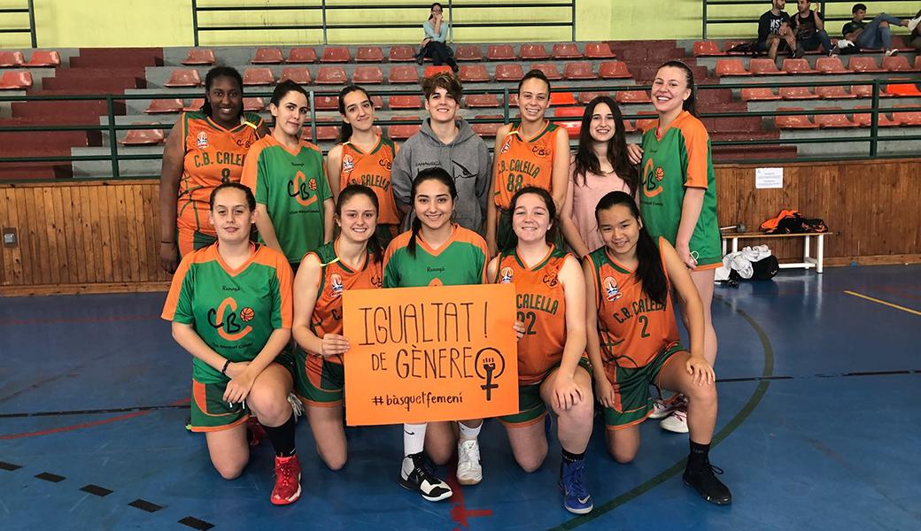 Les jugadores de l'infantil femení amb la pancarta reivindicativa de la igualtat de gènere