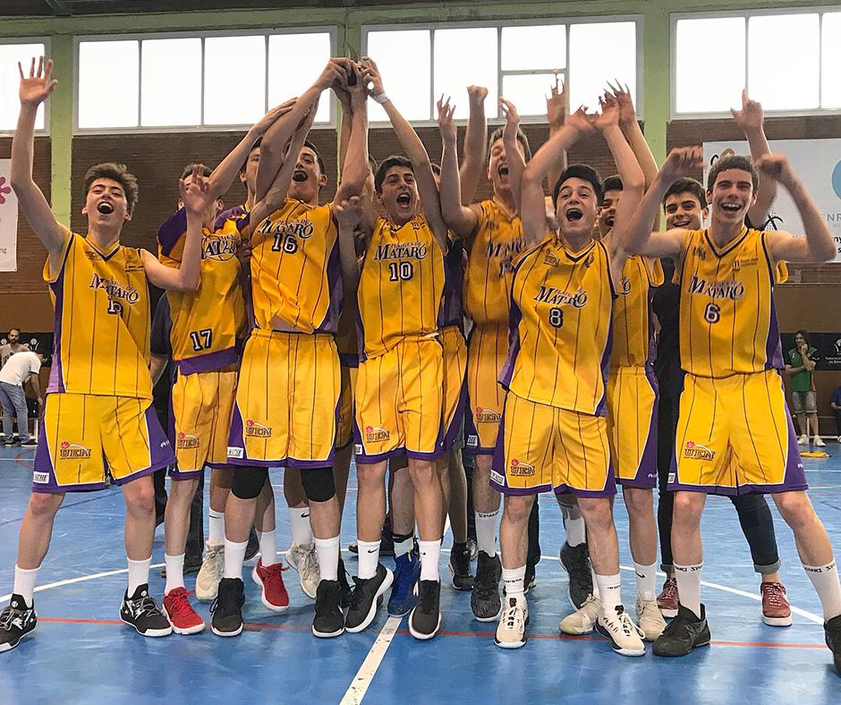 Els jugadors de la UE Mataró celebren el tercer lloc que els classifica per als campionats estatals