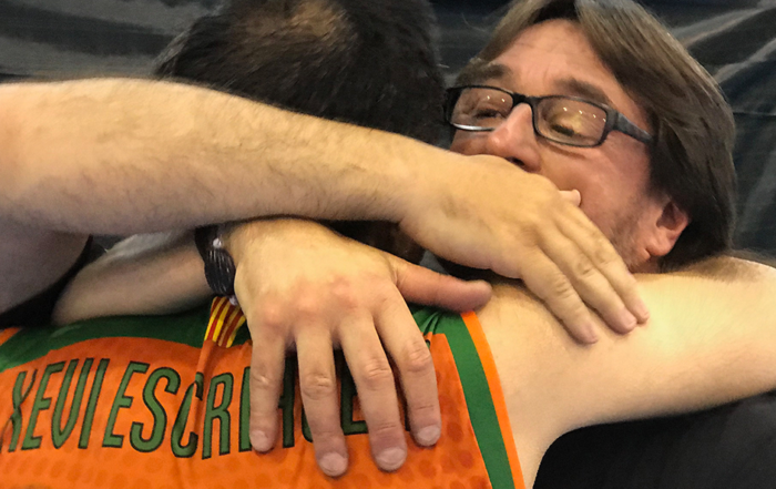 Xevi Escrihuela s'abraça a l'entrenador del sènior Paco García