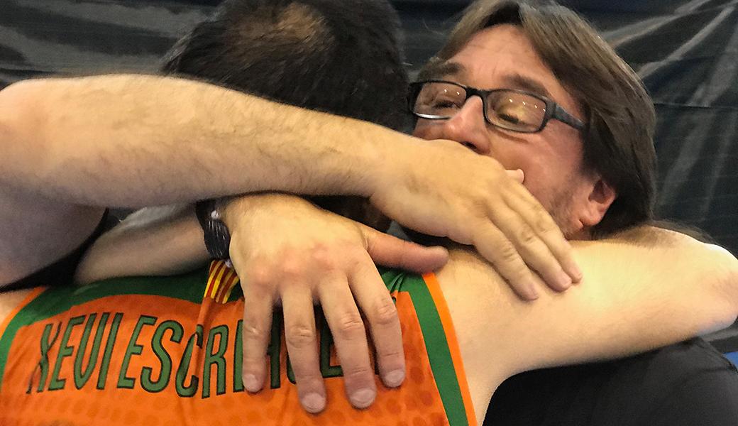 Xevi Escrihuela i Paco Garcia s'abracen després d'aconseguir la permanència a Segona Catalana