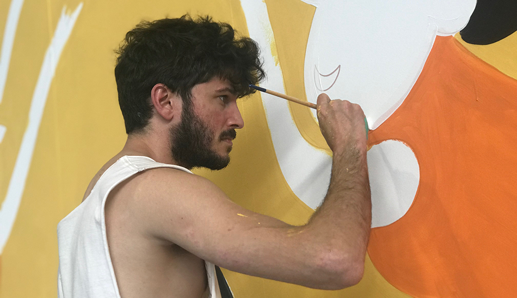 L'il·lustrador Jan Barceló, enfeinat amb el mural commemoratiu dels 50 anys del Club Bàsquet Calella