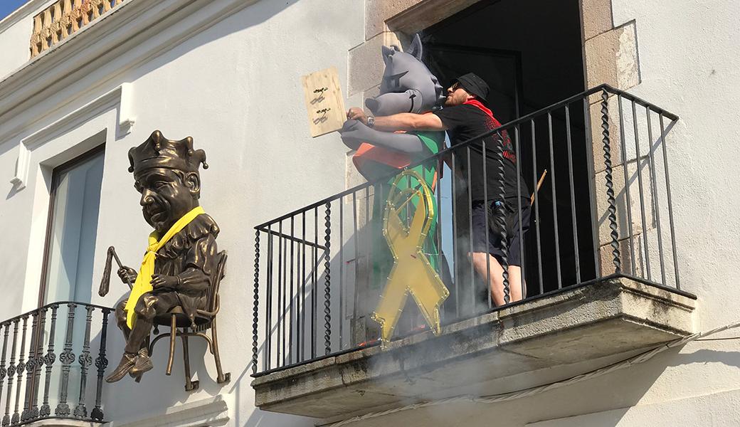 """El moment del """"Txupinazo"""". En Wolfy, la nostra mascota, ha encés el coet des del balcó de l'ajuntament vell de Calella"""
