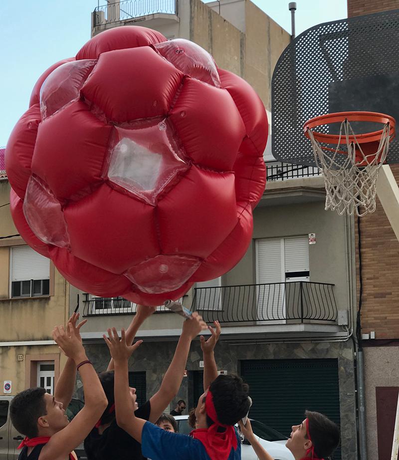 """Els atrevits mossos han acabat l'""""encierro"""" jugant a bàsquet a la plaça de braus!"""