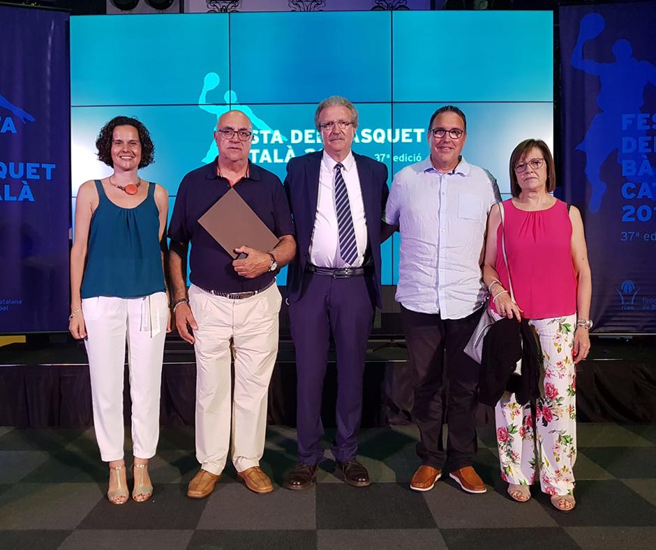 Jordi Martí Montsant rebent el guardó de la Federació Catalana de Bàsquet