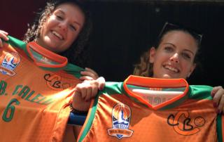 La Sílvia Dangla i l'Estela Moral, amb la samarreta del Club Bàsquet Calella