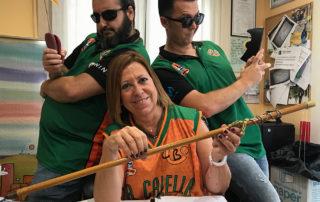 """L'alcaldessa de Calella, Montserrat Candini, amb en Francesc Membrives i l'Albert Perarnau, versió """"Els àngels de Charlie"""". Foto: CB Calella"""