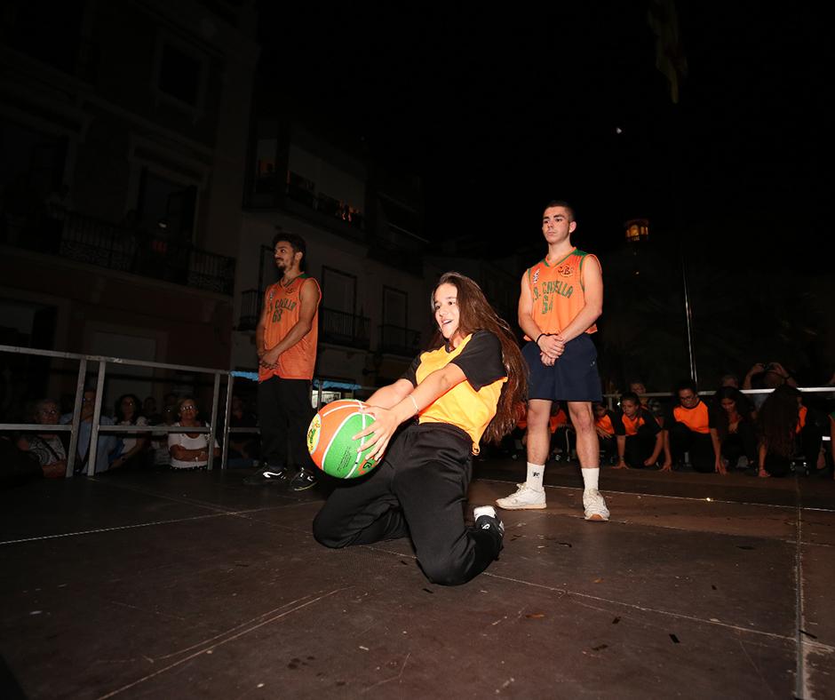 """La pilota commemorativa de la """"Ciutat del Bàsquet Català"""", present també al pregó. Foto: Joan Maria Arenaza"""