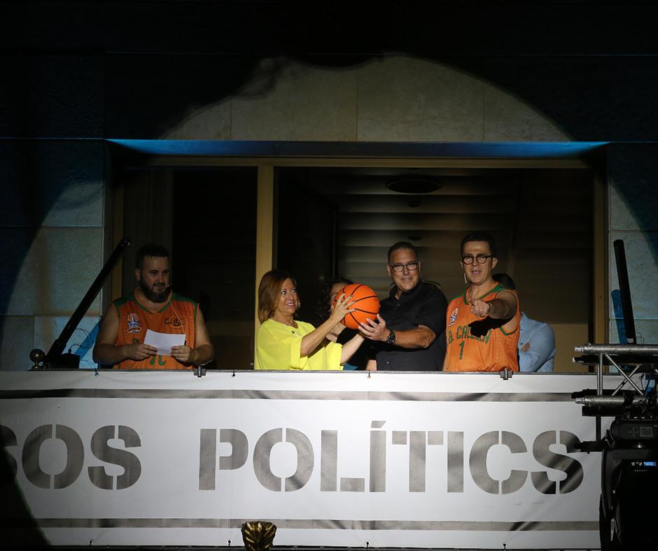 El moment en què l'alcaldessa, Montserrat Candini, i el president del club, David Fors, llencen una pilota de bàsquet a la plaça. Foto: Joan Maria Arenaza