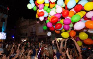 L'esclat de joia a la plaça amb la caiguda de gairebé 400 globus. Foto: Joan Maria Arenaza
