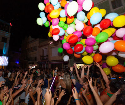 CB Calella - L'esclat de joia a la plaça amb la caiguda de gairebé 400 globus. Foto: Joan Maria Arenaza