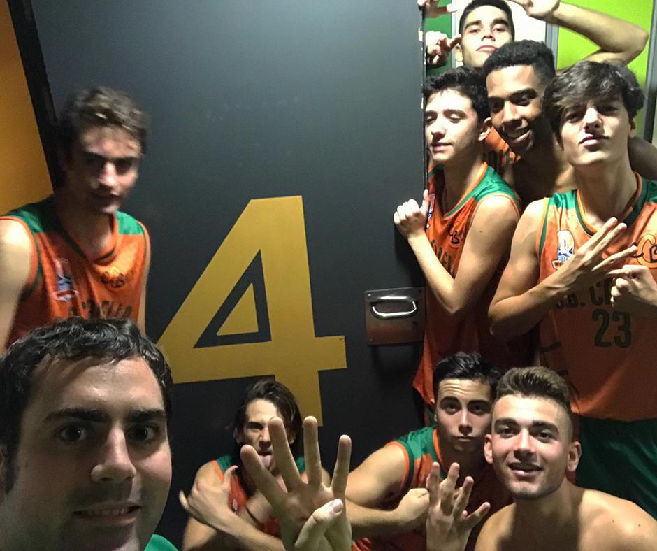 El júnior B celebra la seva quarta victòria amb aquesta selfie