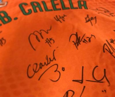 La samarreta del CB Calella firmada pels jugadors del Barça