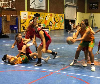 Una acció del partit entre el CB Calella i el Canyelles