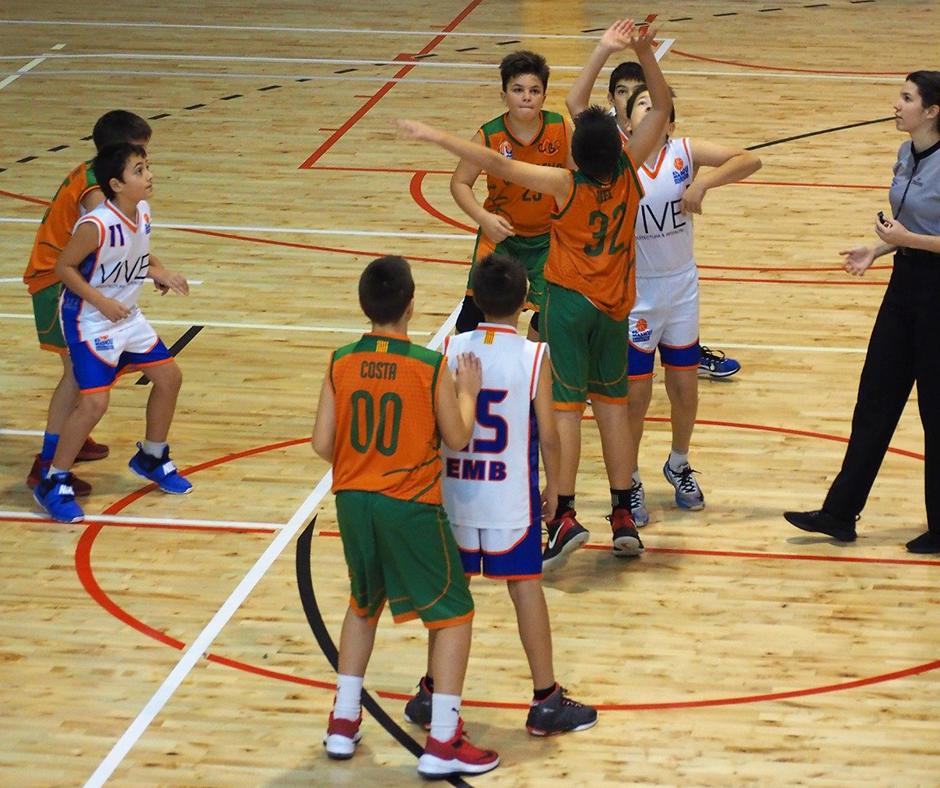 Un moment del partit a la pista d'El Masnou. Foto: Quim Plà