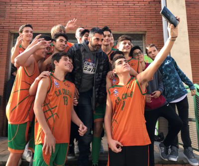 """Juan Carlos Navarro es fa una selfie amb el nostre cadet """"B"""""""