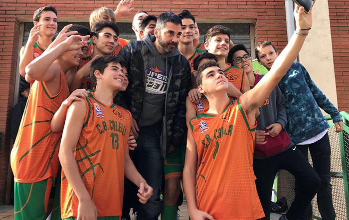 Juan Carlos Navarro es fa una selfie amb el nostre cadet